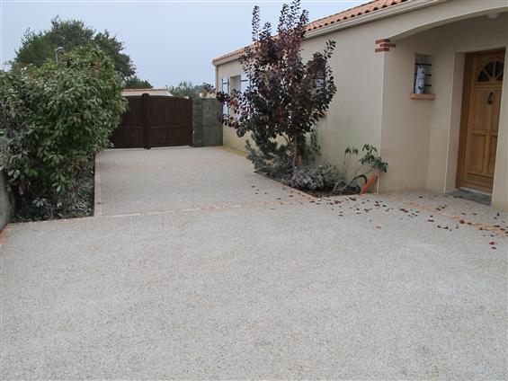 Béton désactivé avec bordures et jardinière en pavés sur la commune de LA MONTAGNE - 44620